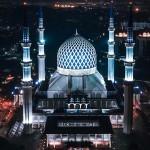 夜幕降临后的马来西亚清真寺